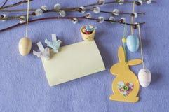 看板卡复活节 杨柳分支用装饰鸡蛋和兔宝宝 免版税库存照片