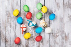 看板卡复活节 在木背景的疏散五颜六色的复活节彩蛋 免版税库存图片