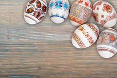 看板卡愉快的复活节 在木桌背景的五颜六色的发光的复活节彩蛋 复制文本的空间 免版税库存图片