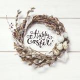看板卡愉快的复活节 与杨柳和鸡蛋的花圈 库存照片