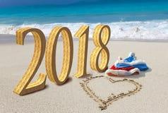 看板卡新年好 海滩的和沙子心脏的画圣诞老人两个新年` s盖帽和题字2018年 免版税库存图片