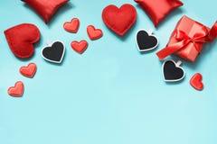 看板卡日设计dreamstime绿色重点例证s传统化了华伦泰向量 与礼物的构成,在蓝色的红色心脏 顶视图 复制空间 图库摄影