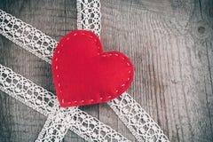 看板卡日设计dreamstime绿色重点例证s传统化了华伦泰向量 红色感觉在鞋带的心脏和与拷贝空间的木桌背景 免版税库存照片