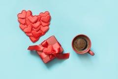 看板卡日设计dreamstime绿色重点例证s传统化了华伦泰向量 与礼物,红色心脏,咖啡的邀请蓝色表面上的 顶视图 复制空间 免版税库存图片