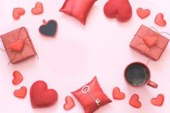 看板卡s华伦泰 与空间的红色纺织品心脏您的在桃红色的文本的 复制空间 顶视图 库存图片