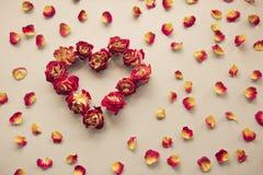 看板卡s华伦泰 心脏标志由干玫瑰做成在葡萄酒背景 顶视图,平的位置 概念,与拷贝地方的明信片 免版税库存图片