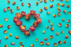看板卡s华伦泰 心脏标志由干玫瑰做成在蓝色 顶视图,平的位置 概念 葡萄酒过滤器 免版税库存图片