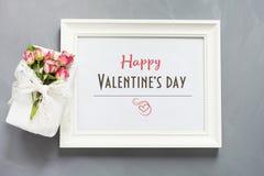 看板卡s华伦泰 有女性礼物和玫瑰的白色相框在灰色背景 顶视图 库存图片