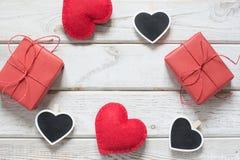 看板卡s华伦泰 红色礼物盒,作为心脏的晒衣夹与文本的空间在木轻的背景的黑板 顶视图 警察 免版税图库摄影
