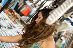 看某事在安地斯山的传统衣物和工艺品的美丽的妇女与一根被弄脏的羽毛在前面 免版税库存图片