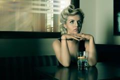 看某人酒吧的葡萄酒和反射金发碧眼的女人 库存图片