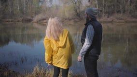 看森林年轻夫妇的时髦的夫妇河走户外 股票视频