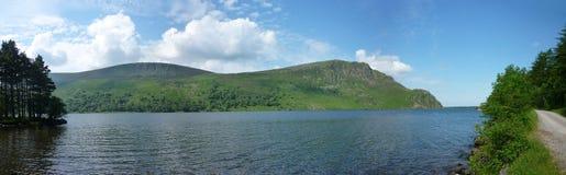 看横跨Ennerdale水,宽全景 免版税库存图片