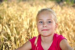 看正确的草甸的微笑的女孩 免版税库存照片