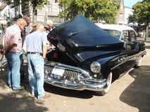 看汽车的前辈 免版税图库摄影