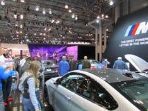 看汽车的妇女在2015年纽约国际汽车展 免版税库存照片