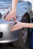 看汽车裂缝的技工 图库摄影