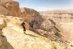 看沙漠峡谷山的游人使看法环境美化 免版税图库摄影
