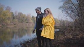 看河的时髦的夫妇在森林里 影视素材