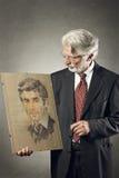 看油漆他自己的老人更加年轻 免版税图库摄影