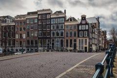看沿Amstel河的运河房子在阿姆斯特丹市中心 免版税库存照片