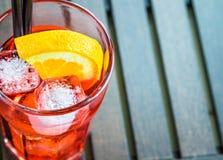 看法上面喷开胃酒与两个橙色切片和冰块的aperol鸡尾酒 库存图片