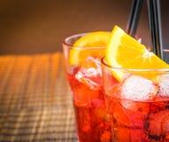 看法上面喷开胃酒与两个橙色切片和冰块的aperol鸡尾酒 免版税库存照片