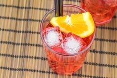 看法上面喷开胃酒与橙色切片和冰块的aperol鸡尾酒 图库摄影