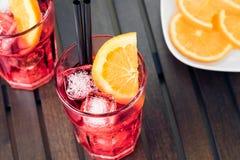 看法上面喷开胃酒与橙色切片和冰块的aperol鸡尾酒 库存照片