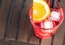 看法上面喷开胃酒与橙色切片和冰块的aperol鸡尾酒 免版税库存图片