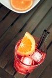 看法上面喷开胃酒与橙色切片和冰块的aperol鸡尾酒 免版税图库摄影
