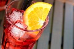 看法上面喷开胃酒与橙色切片和冰块的aperol鸡尾酒 免版税库存照片