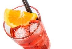 看法上面喷开胃酒与橙色切片和在白色隔绝的冰块的aperol鸡尾酒 库存照片