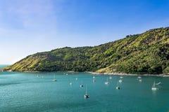 看法与航行和山的海风景 免版税库存图片