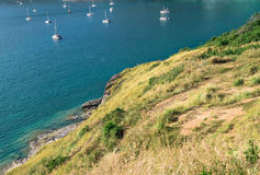 看法与航行和山的海风景 库存图片
