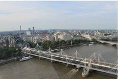 看法两London& x27; s桥梁和市伦敦 免版税库存照片