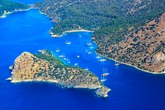 看法从上面与在蓝色盐水湖的海湾的一个滑翔伞 火鸡 Oludeniz 库存照片