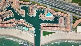 看法从上面在地中海海岸的日落期间在巴伦西亚附近 口岸Saplaya在西班牙 股票录像