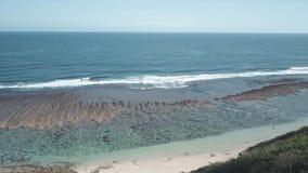 看法从上面在峭壁的旅行的背包徒步旅行者赞赏的海景 影视素材