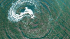 看法从上面在成螺旋形在水库的船只 影视素材