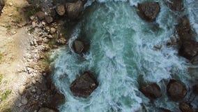 看法从上面在水流程,在那里河是大石头 股票录像