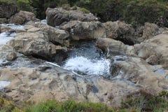 看法从上面在神仙的水池的一条小河,斯凯岛小岛  免版税库存图片