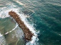 看法从上面在防堤在海 免版税图库摄影