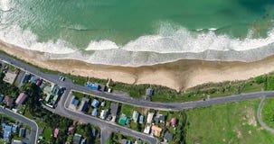 看法从上面村庄房子屋顶在海洋附近的 Shevelev 股票录像