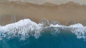 看法从上面泡沫似的波浪和含沙海岸 股票录像