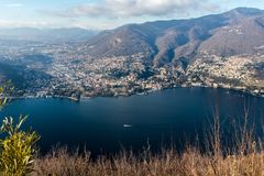 看法从上面科莫湖 全景在冬天湖C 免版税图库摄影