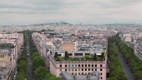 看法从上面,在蒙马特漂泊区的屋顶  巴黎,法国慢动作 在的都市风景汽车 影视素材