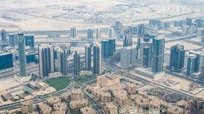 看法从上面skyscrappers在街市的迪拜 免版税库存照片