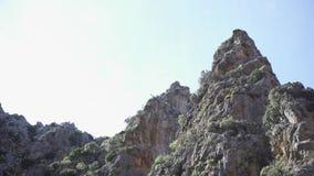 看法从下面在天空背景的落矶山脉峰顶  ?? 与爆沸和壁架的风景自然落矶山脉 股票视频