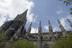 看法从下面对乌尔姆大教堂尖顶和石峰  免版税库存照片